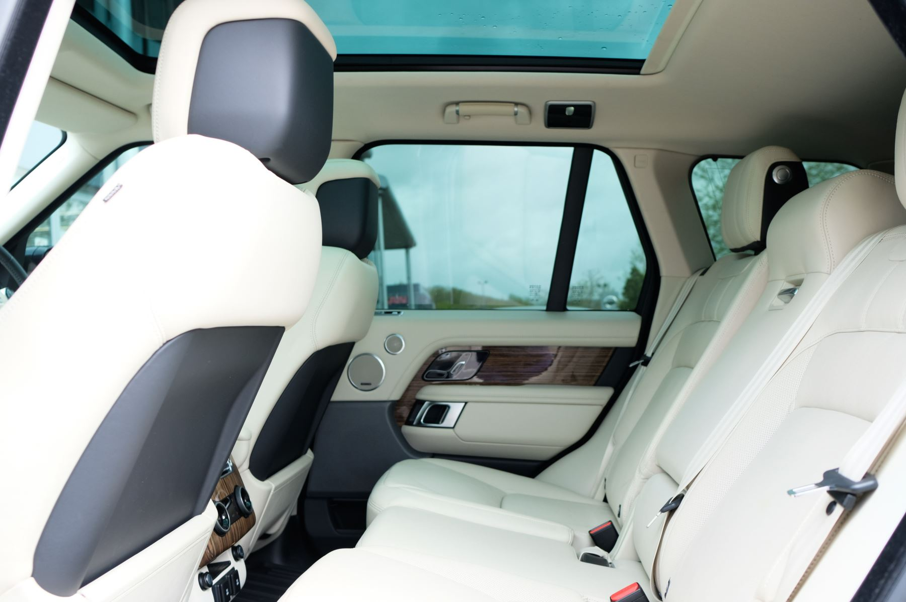 Land Rover Range Rover 3.0 SDV6 Vogue SE - Panoramic Roof - Privacy Glass - 21 inch Alloys image 16