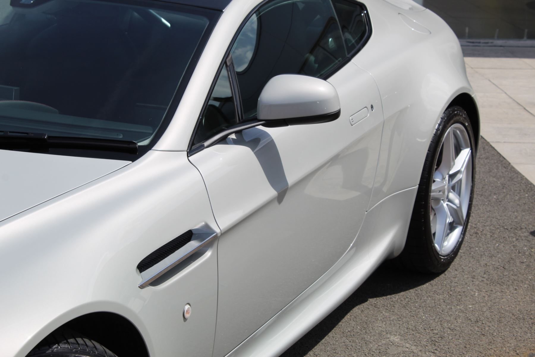 Aston Martin V8 Vantage Coupe 2dr [420] Latest Dash, 420BHP image 17