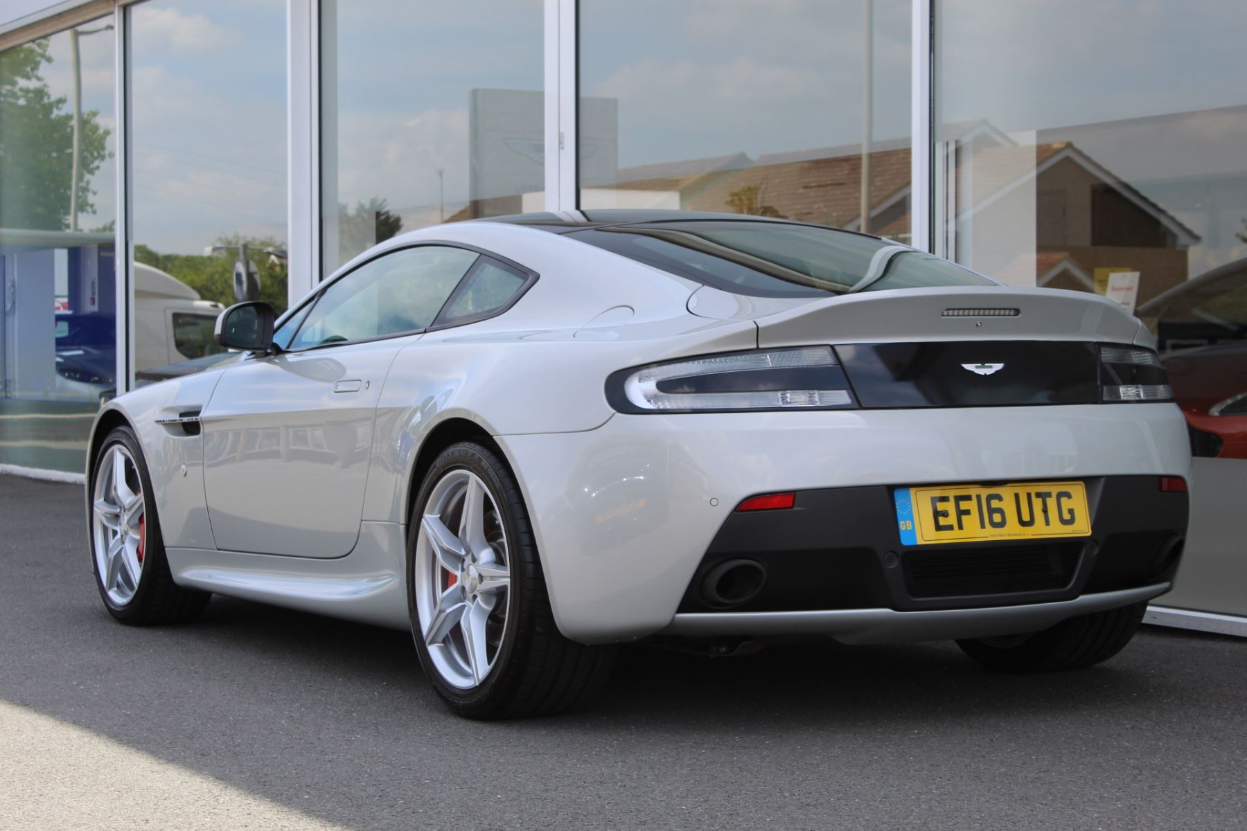 Aston Martin V8 Vantage Coupe 2dr [420] Latest Dash, 420BHP image 13