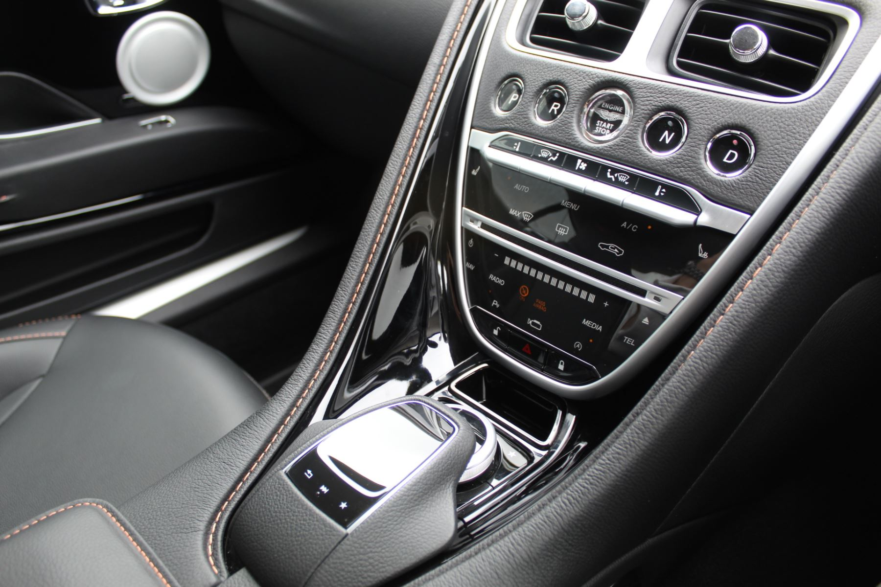 Aston Martin DB11 V12 2dr Touchtronic  Rare Launch Edition, 1 Owner  image 11