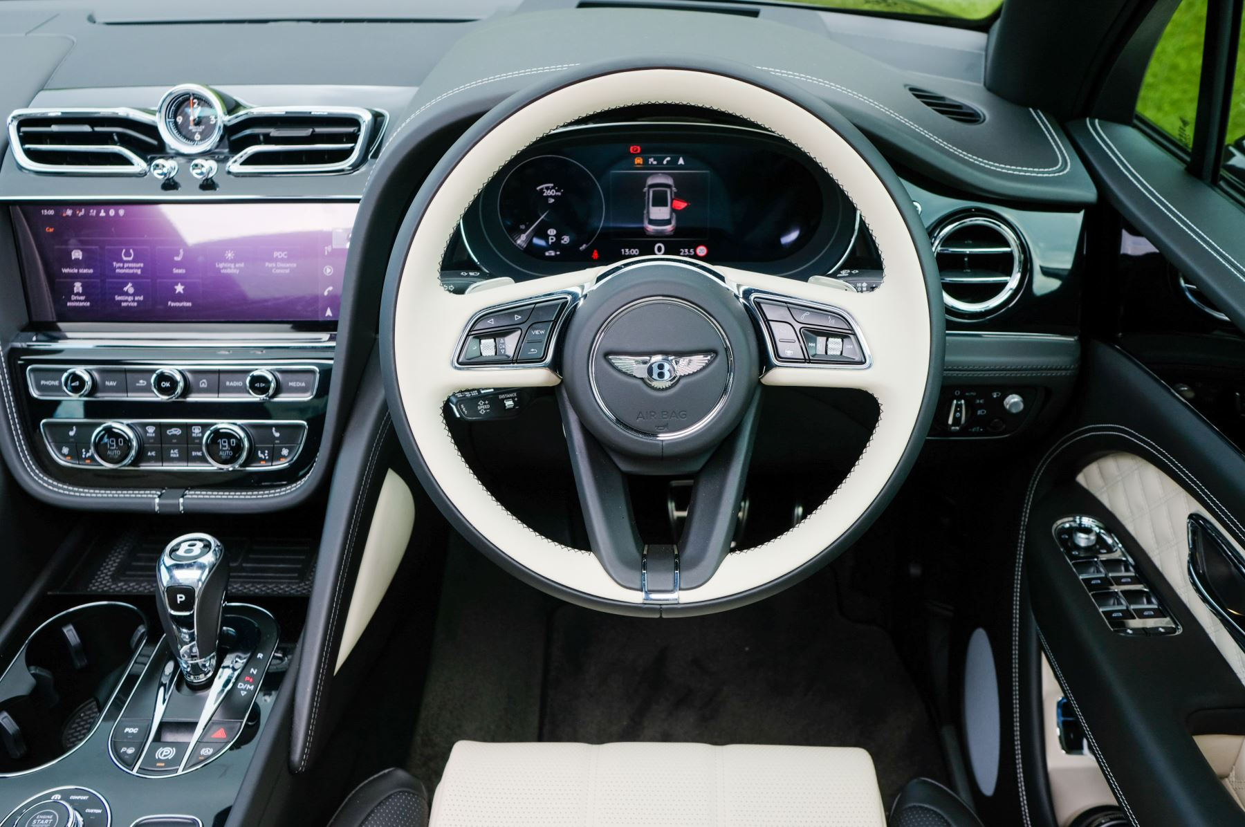 Bentley Bentayga 4.0 V8 - Mulliner Driving Specification for Black Specification image 16