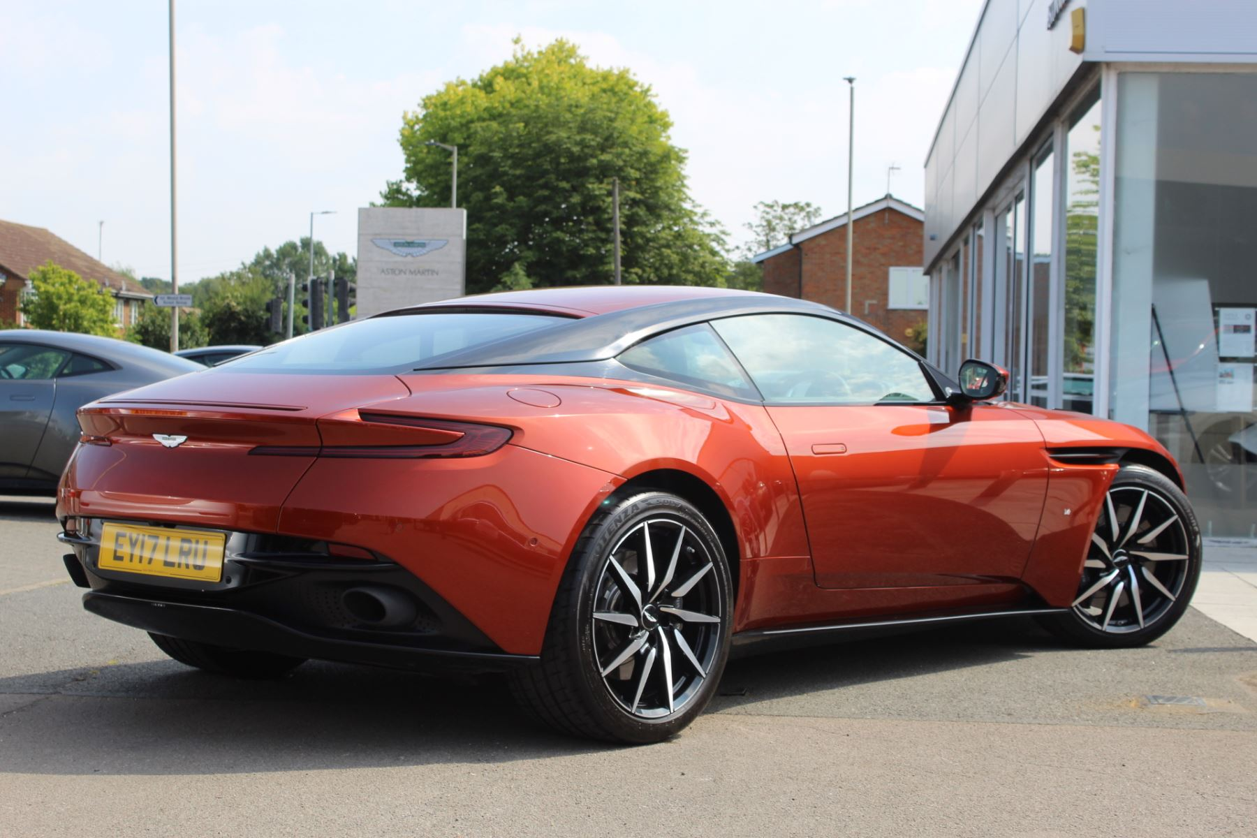 Aston Martin DB11 V12 2dr Touchtronic  Rare Launch Edition, 1 Owner  image 2