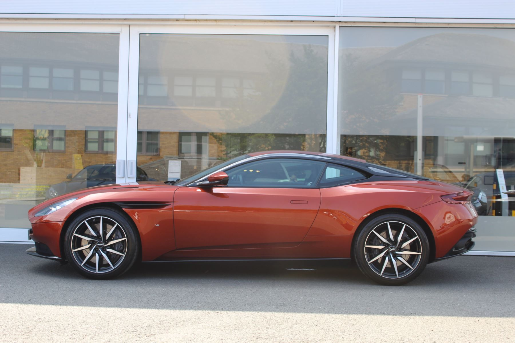 Aston Martin DB11 V12 2dr Touchtronic  Rare Launch Edition, 1 Owner  image 6
