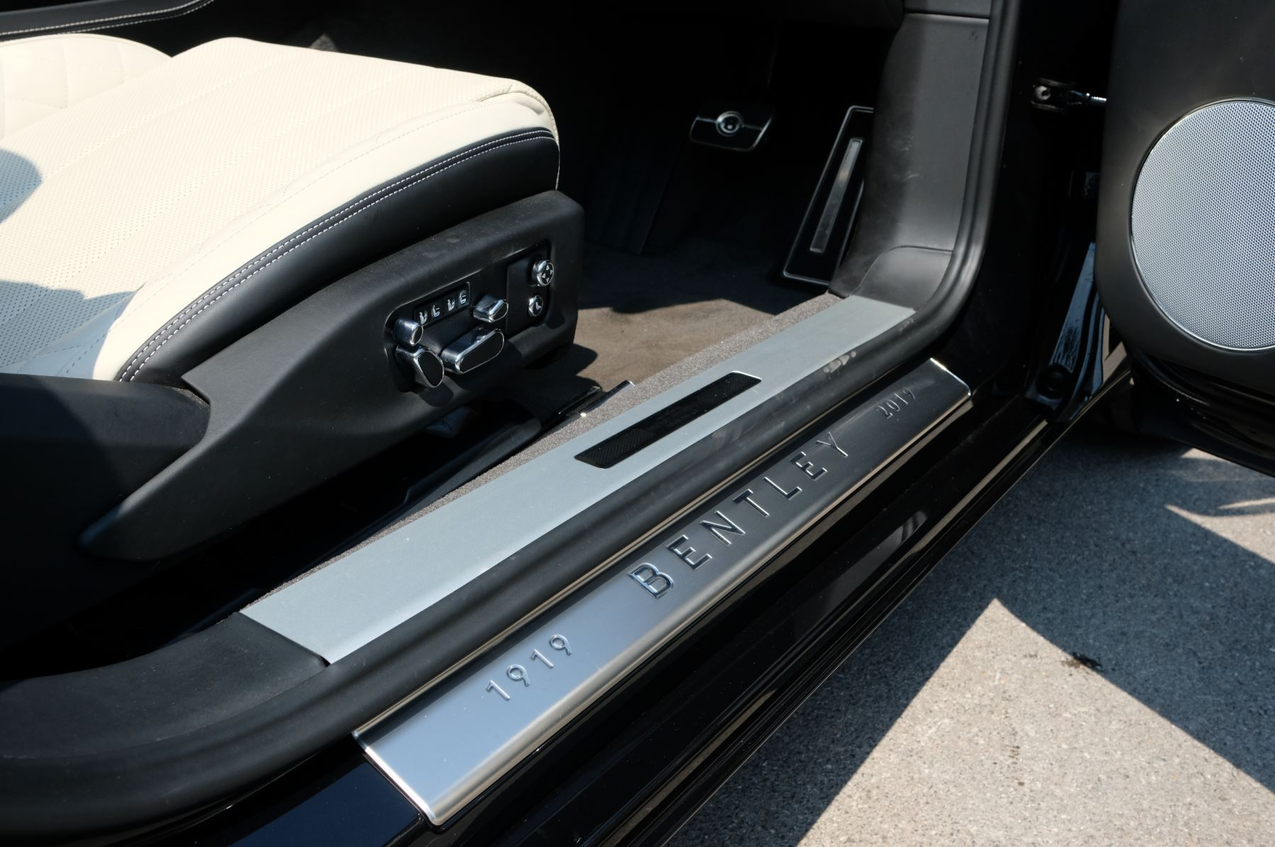 Bentley Continental GTC 6.0 W12 - Mulliner Driving Specification and Centenary Specification image 16