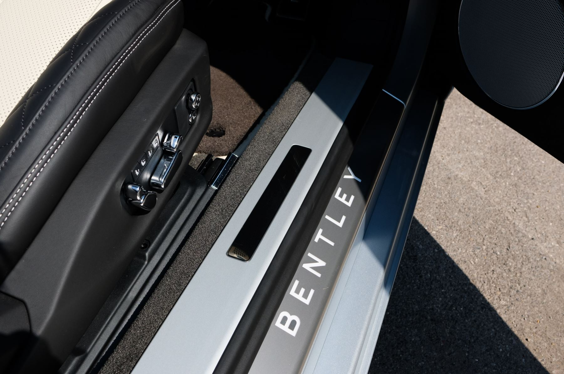 Bentley Continental GTC 4.0 V8 - Mulliner Driving Specification and Blackline Specification with 22 Inch Alloys image 20
