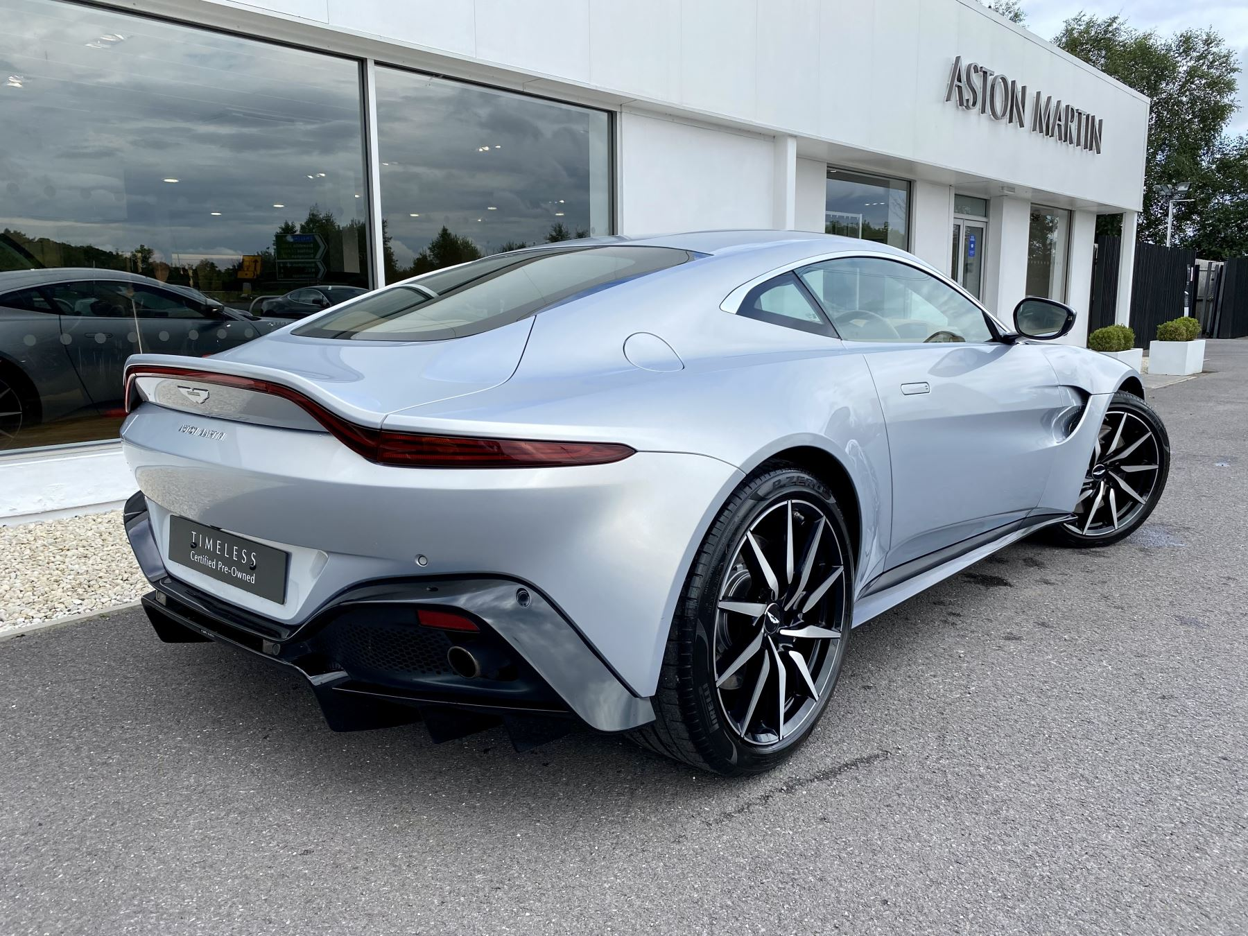 Aston Martin New Vantage 2dr ZF 8 Speed reversing camera . Heated & ventilated seats . Sports pplus seats .  image 7