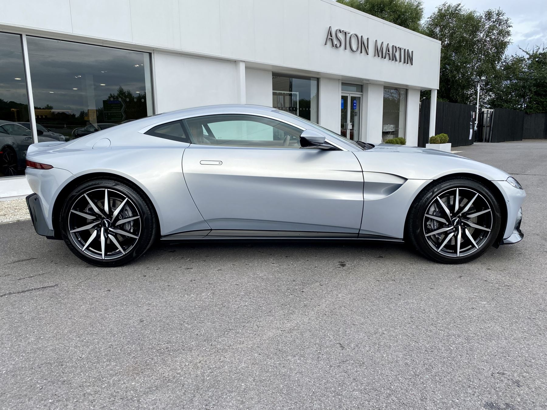 Aston Martin New Vantage 2dr ZF 8 Speed reversing camera . Heated & ventilated seats . Sports pplus seats .  image 8