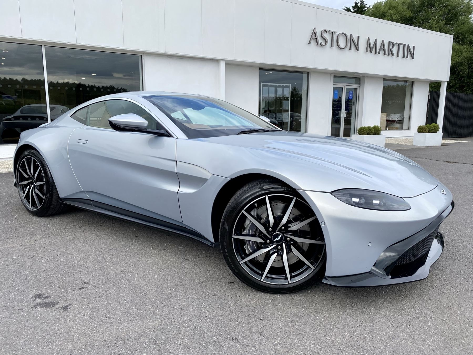 Aston Martin New Vantage 2dr ZF 8 Speed reversing camera . Heated & ventilated seats . Sports pplus seats .  4.0 Automatic 3 door Coupe