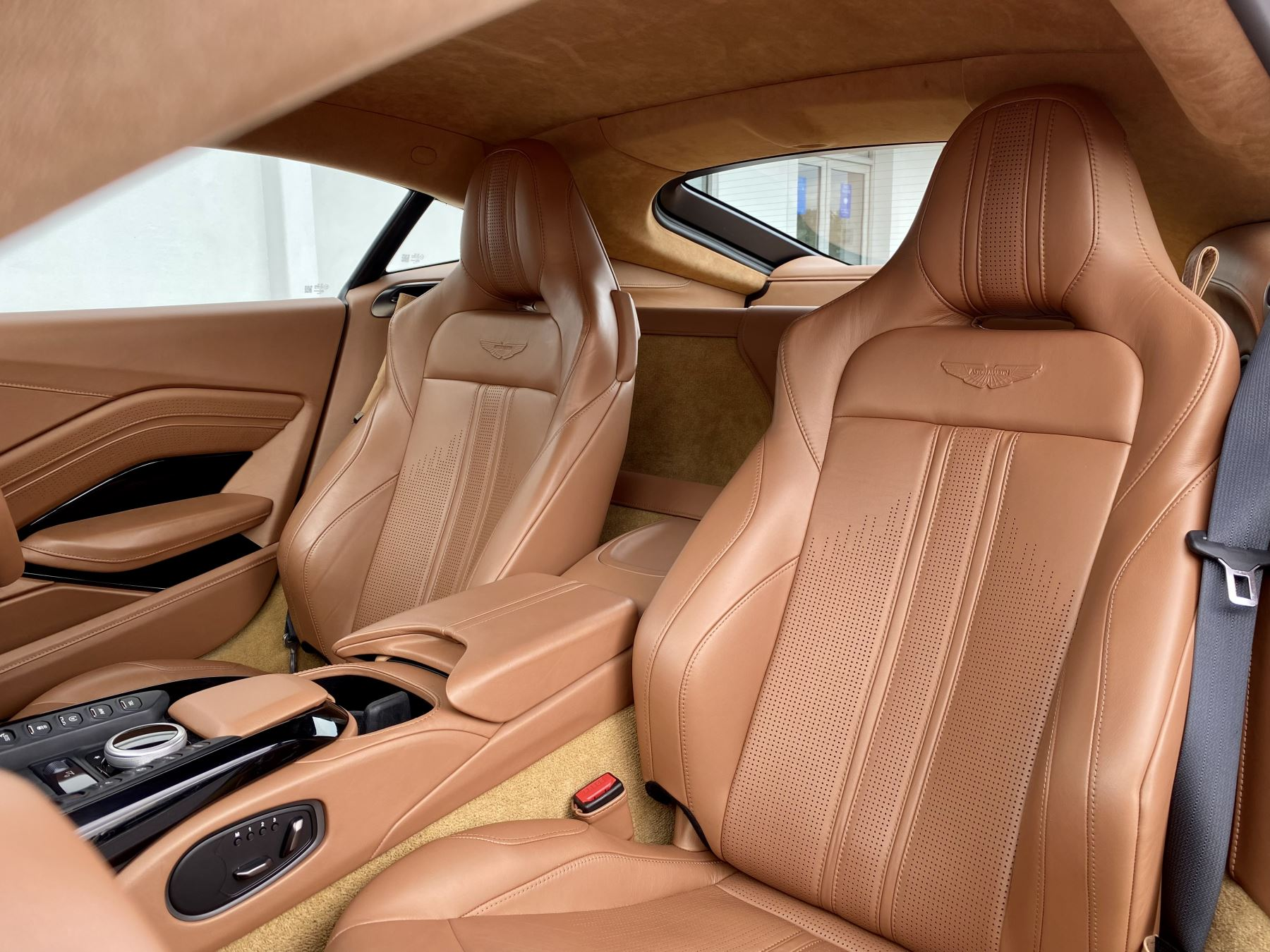 Aston Martin New Vantage 2dr ZF 8 Speed reversing camera . Heated & ventilated seats . Sports pplus seats .  image 21