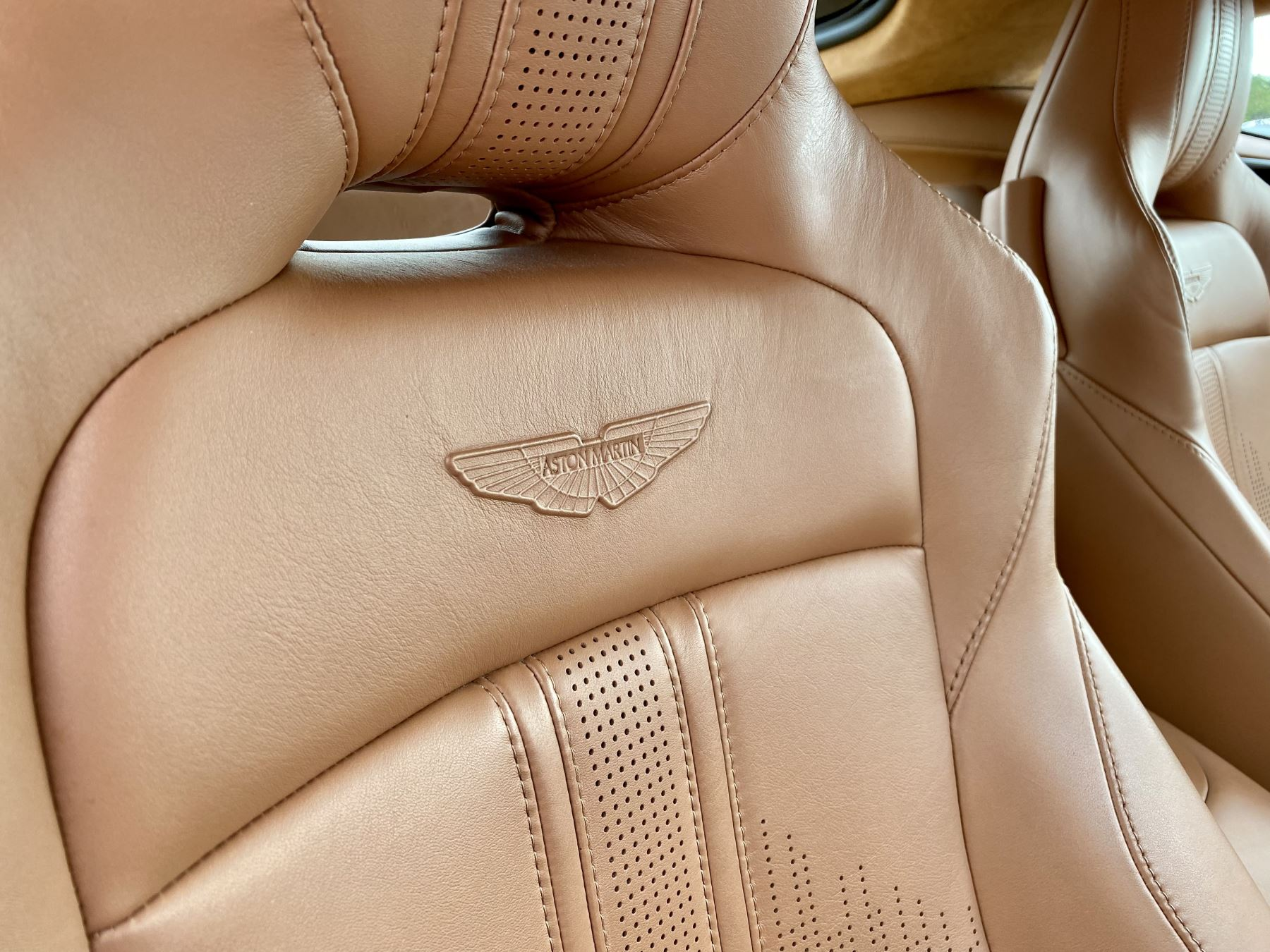 Aston Martin New Vantage 2dr ZF 8 Speed reversing camera . Heated & ventilated seats . Sports pplus seats .  image 18