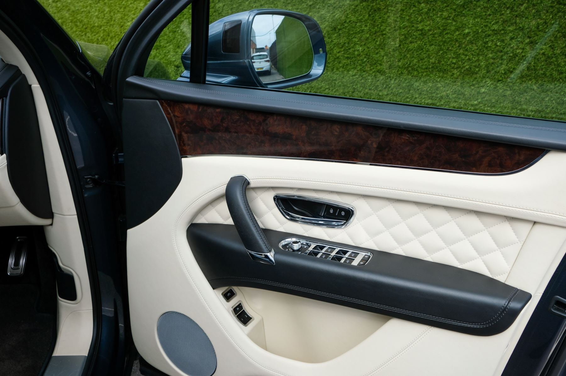 Bentley Bentayga 4.0 V8 5dr - Mulliner Driving Specification - City & Tour Specification image 18