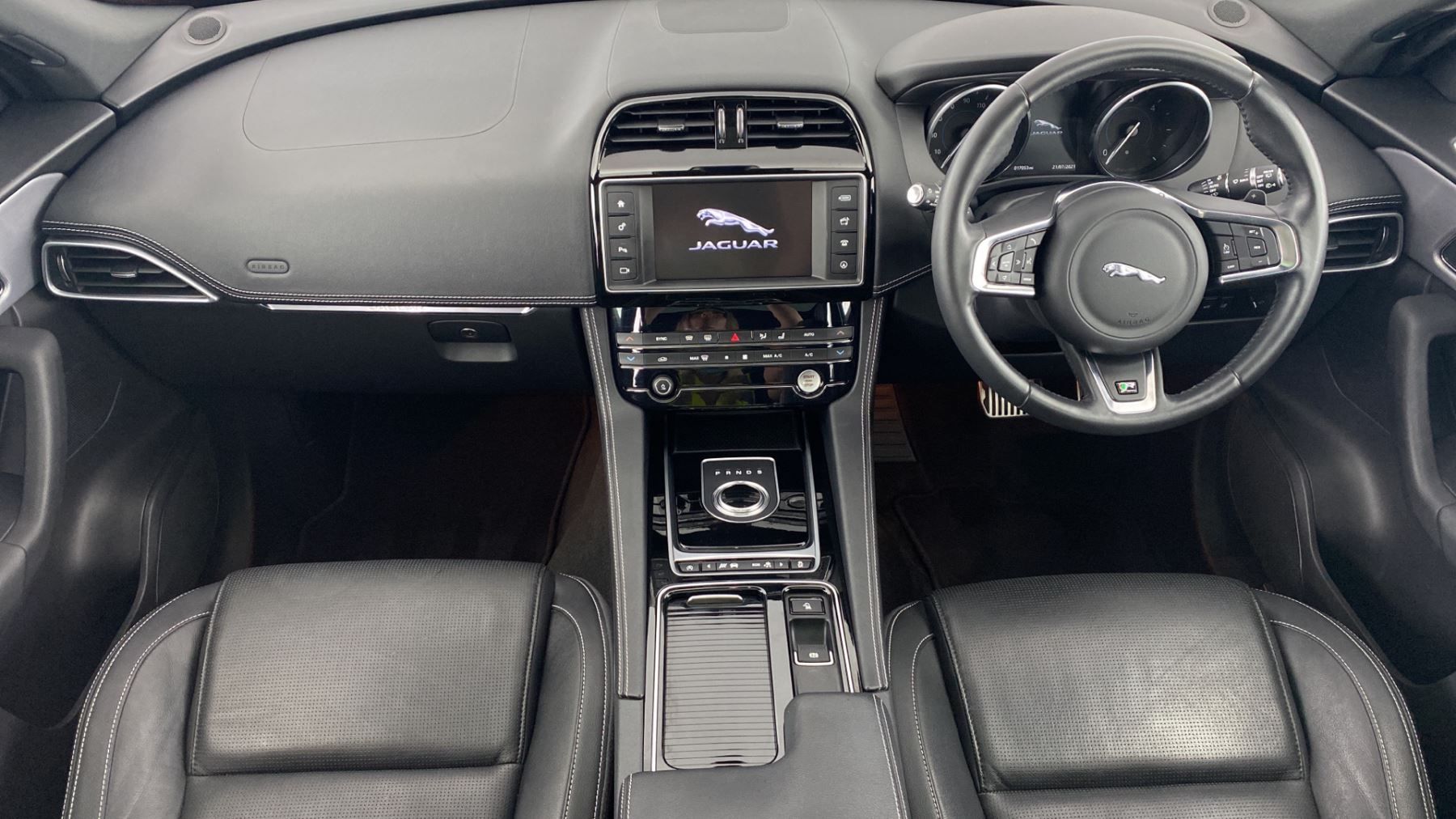 Jaguar F-PACE 2.0d R-Sport AWD - Sliding Panoramic Roof - Rear View Camera image 11