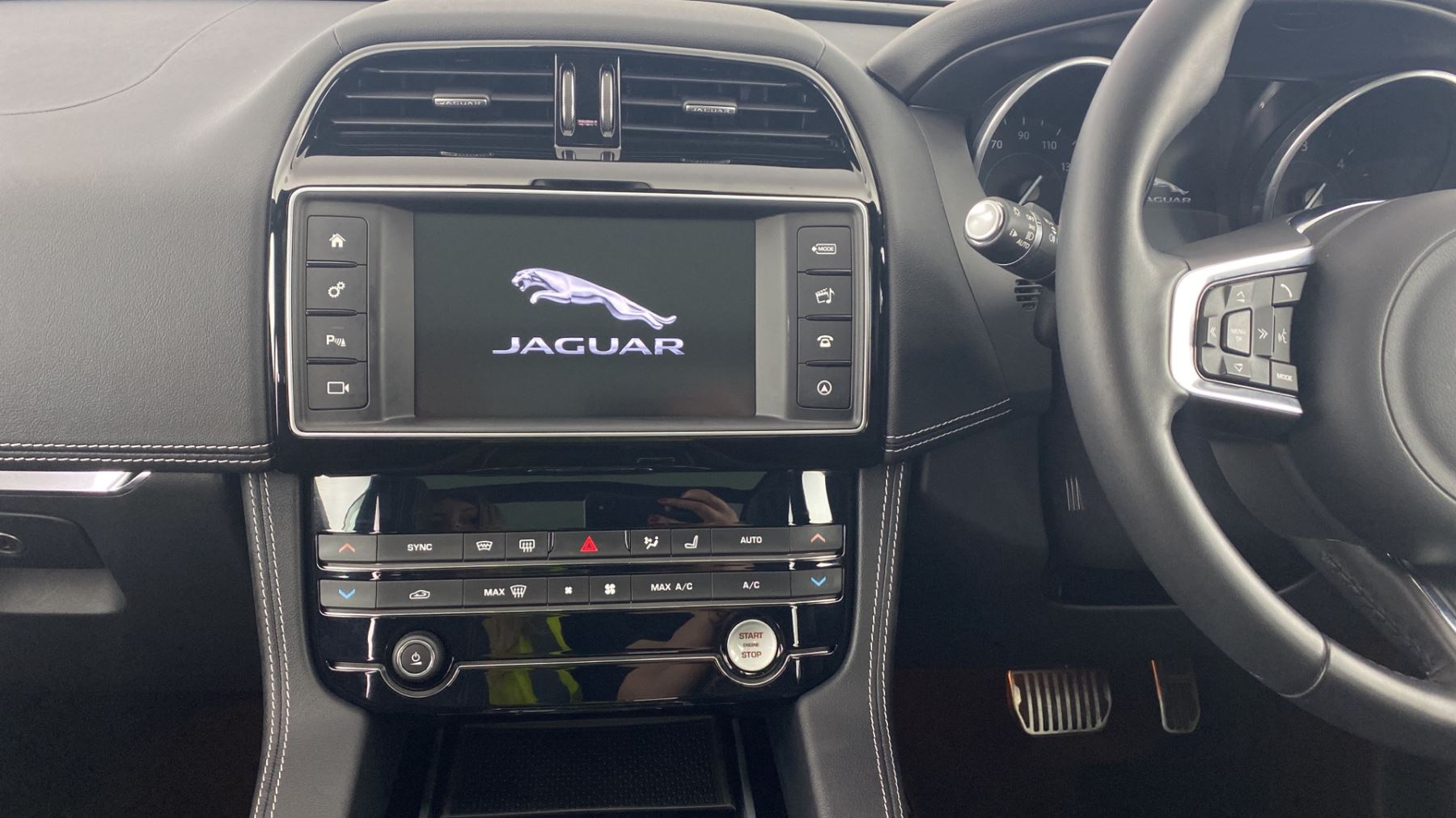 Jaguar F-PACE 2.0d R-Sport AWD - Sliding Panoramic Roof - Rear View Camera image 12