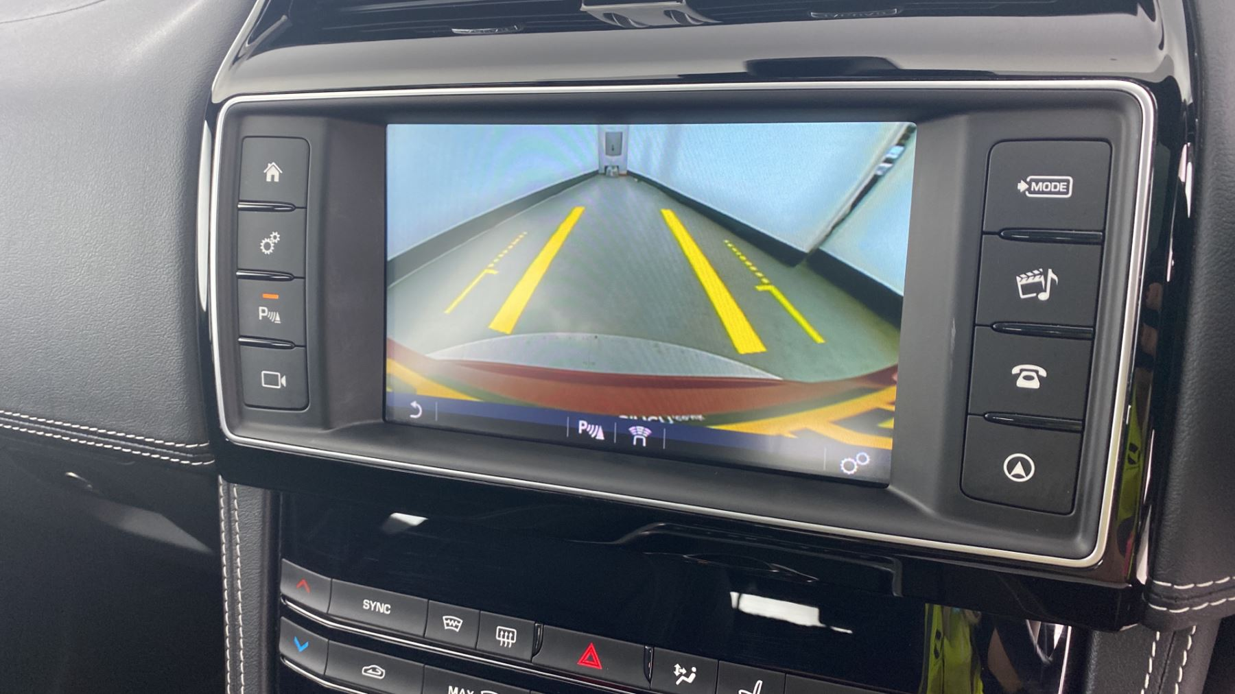 Jaguar F-PACE 2.0d R-Sport AWD - Sliding Panoramic Roof - Rear View Camera image 23
