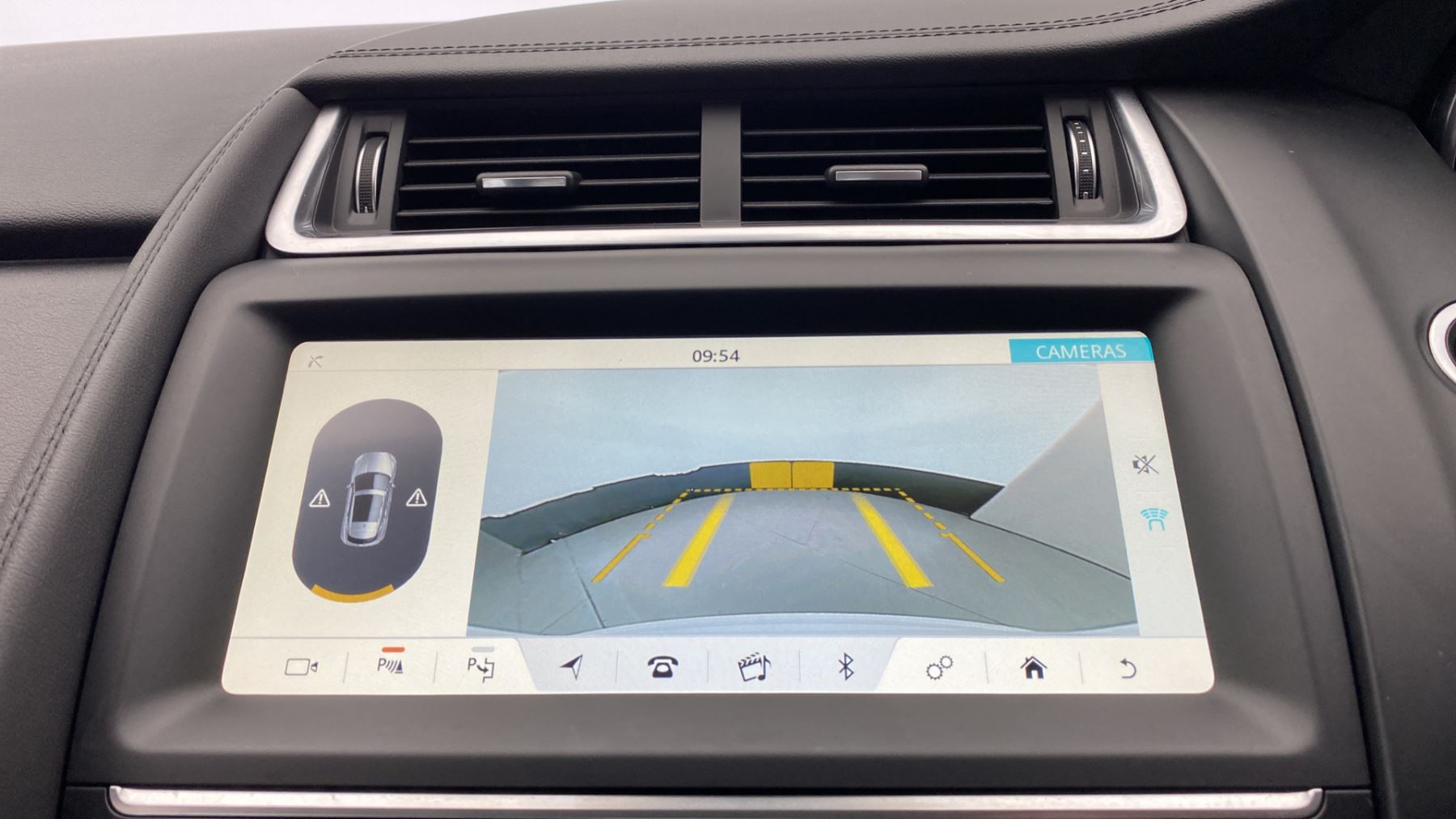 Jaguar E-PACE 2.0d SE AWD - Meridian Sound System - Powered Seats - Satellite Navigation image 28