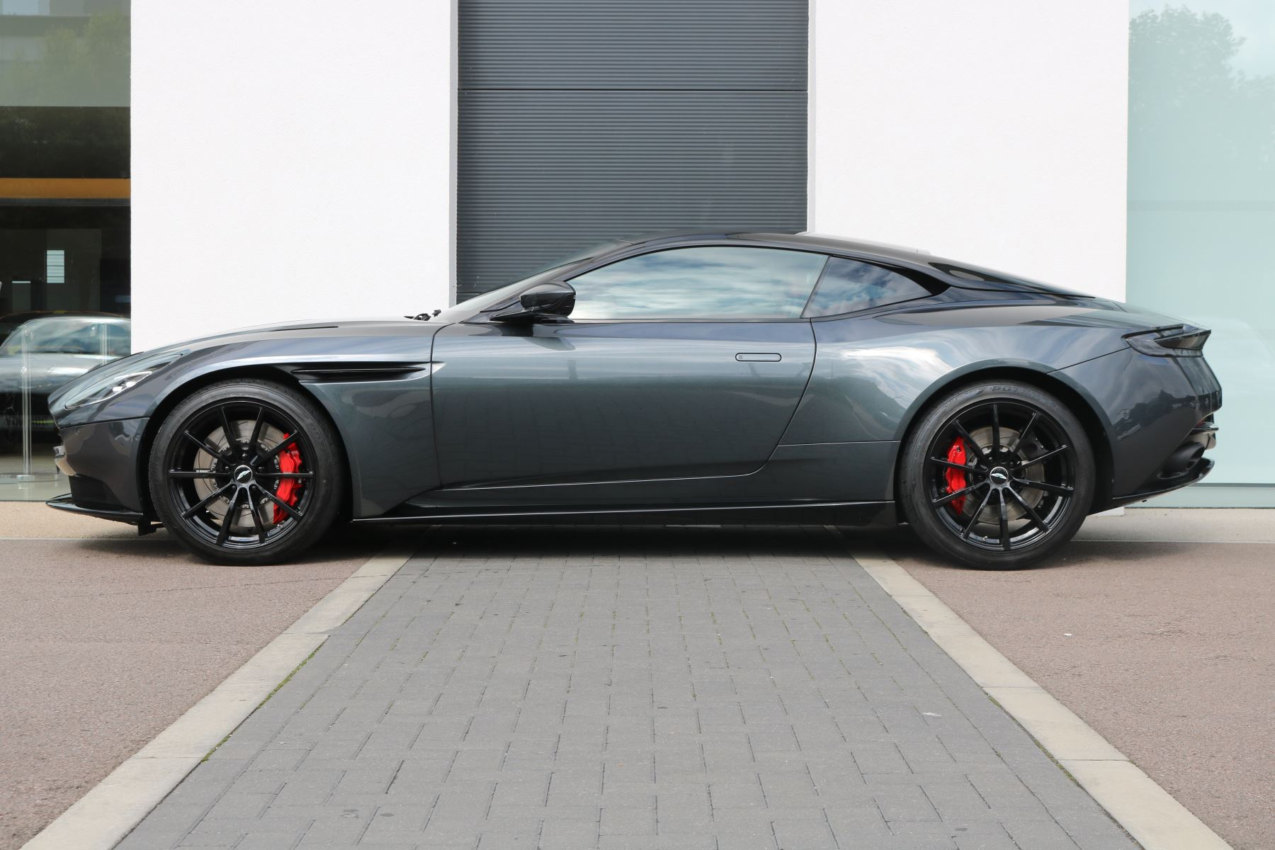 Aston Martin DB11 V12 AMR 2dr Touchtronic FREE SERVICING  image 4