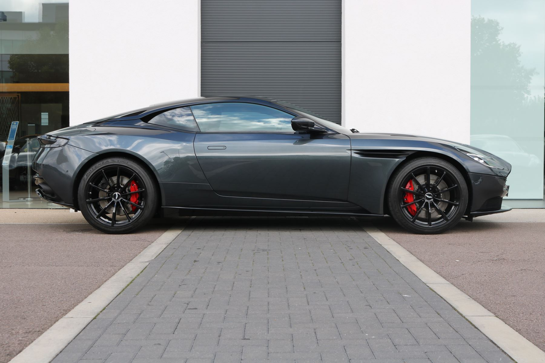 Aston Martin DB11 V12 AMR 2dr Touchtronic FREE SERVICING  image 2