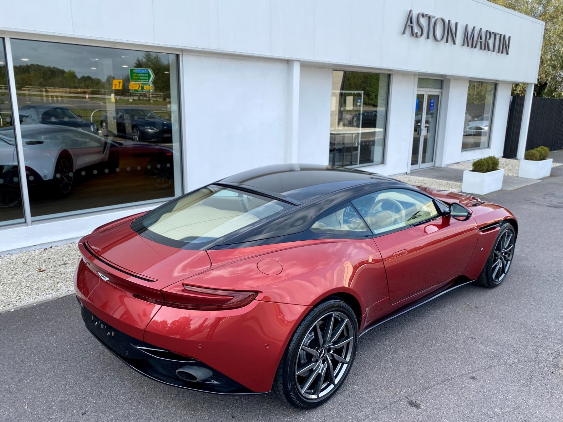 Aston Martin DB11 V12 Launch Edition Coupe. Bang & Olufsen Beosound Audio. Black brake calipers. Ventilated Seats image 9