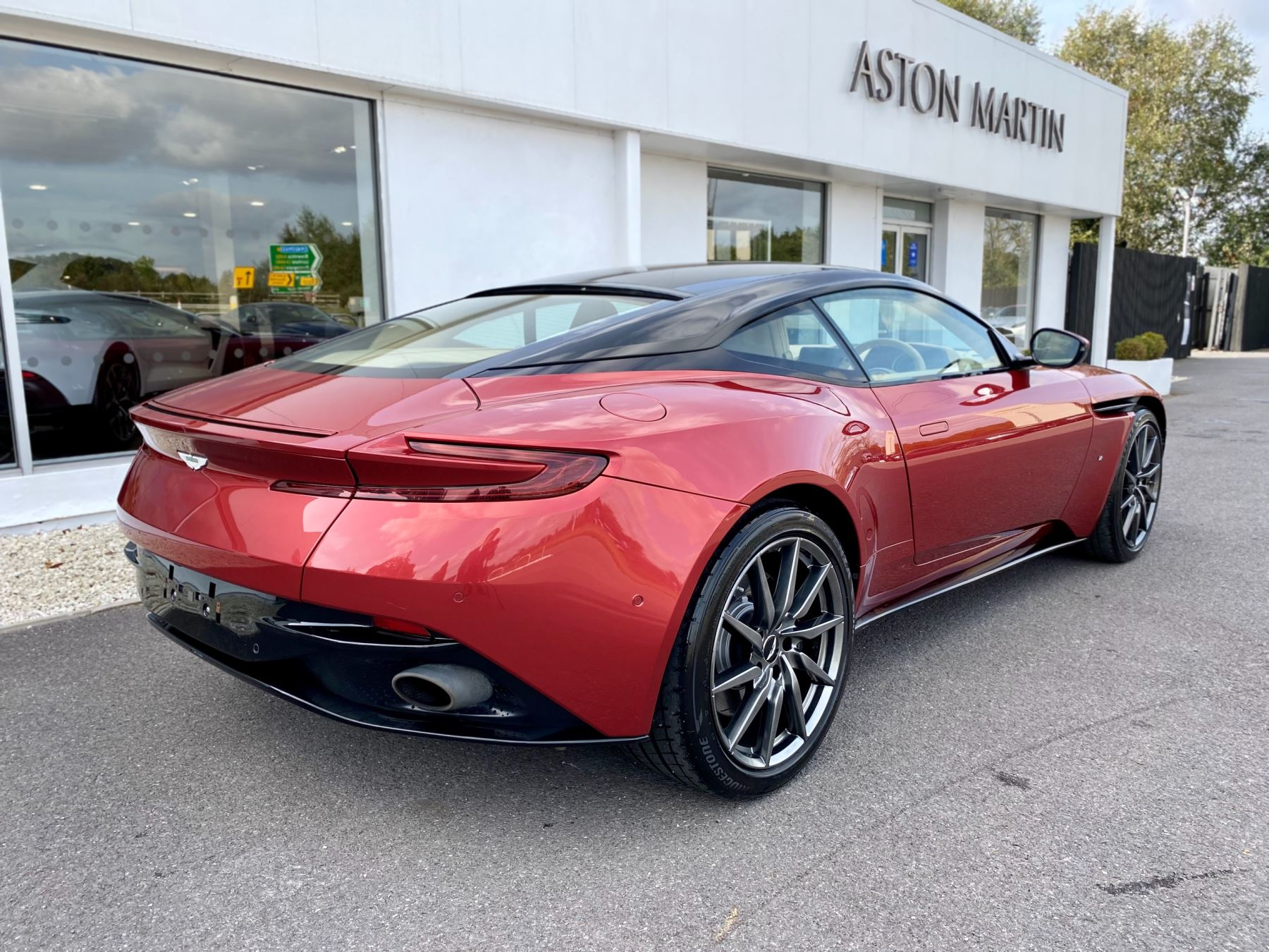Aston Martin DB11 V12 Launch Edition Coupe. Bang & Olufsen Beosound Audio. Black brake calipers. Ventilated Seats image 7