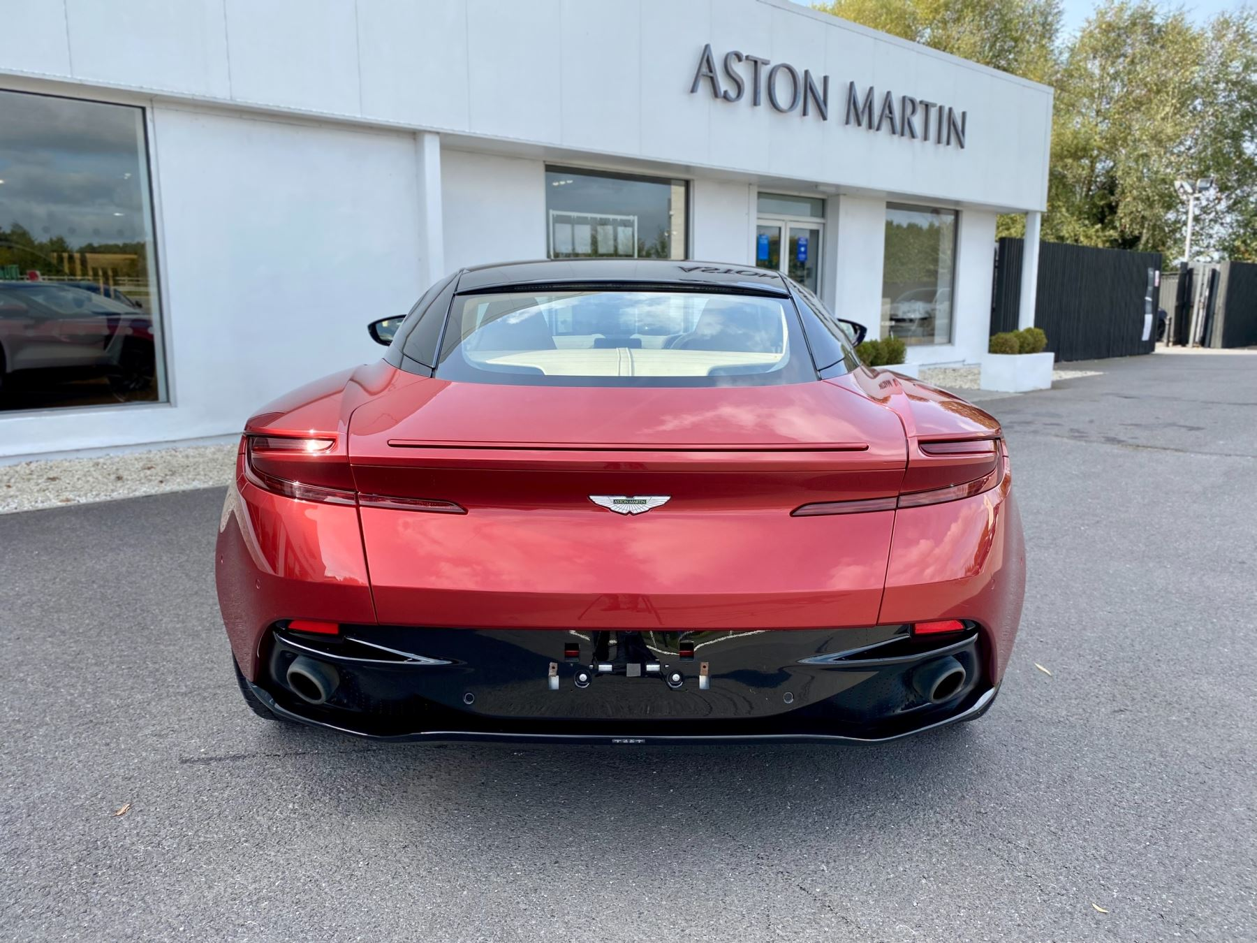 Aston Martin DB11 V12 Launch Edition Coupe. Bang & Olufsen Beosound Audio. Black brake calipers. Ventilated Seats image 6