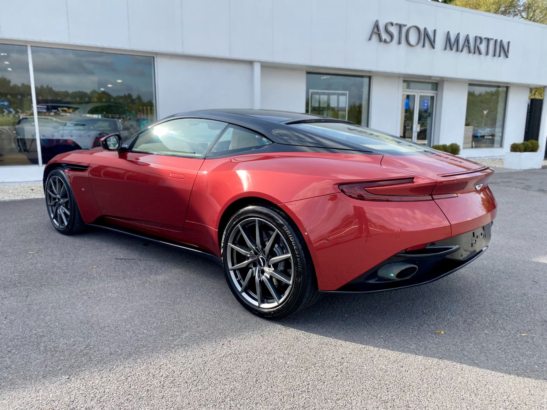 Aston Martin DB11 V12 Launch Edition Coupe. Bang & Olufsen Beosound Audio. Black brake calipers. Ventilated Seats image 5