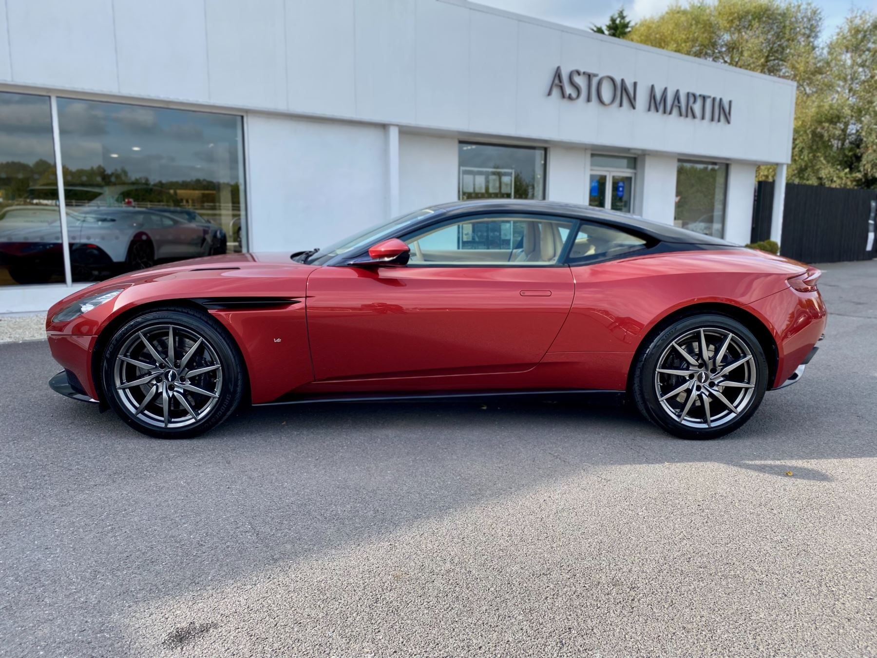 Aston Martin DB11 V12 Launch Edition Coupe. Bang & Olufsen Beosound Audio. Black brake calipers. Ventilated Seats image 4