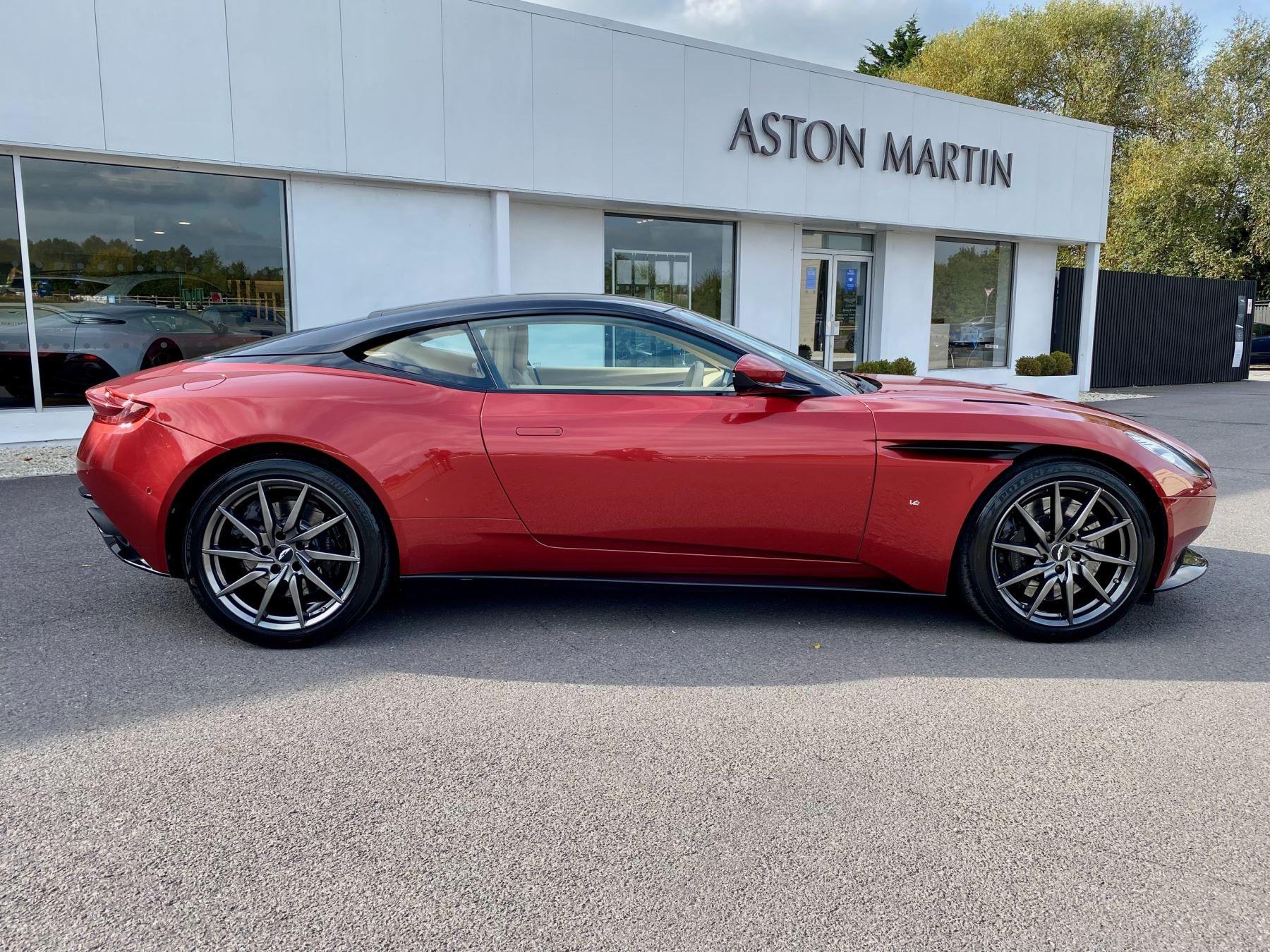 Aston Martin DB11 V12 Launch Edition Coupe. Bang & Olufsen Beosound Audio. Black brake calipers. Ventilated Seats image 8