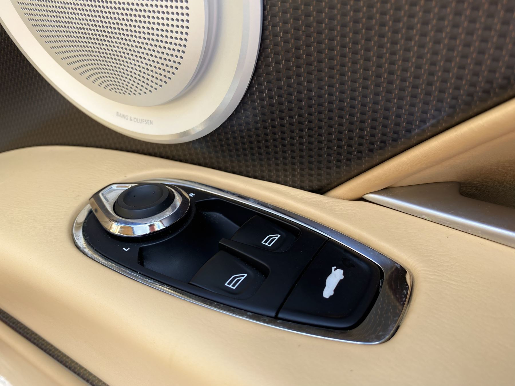 Aston Martin DB11 V12 Launch Edition Coupe. Bang & Olufsen Beosound Audio. Black brake calipers. Ventilated Seats image 33