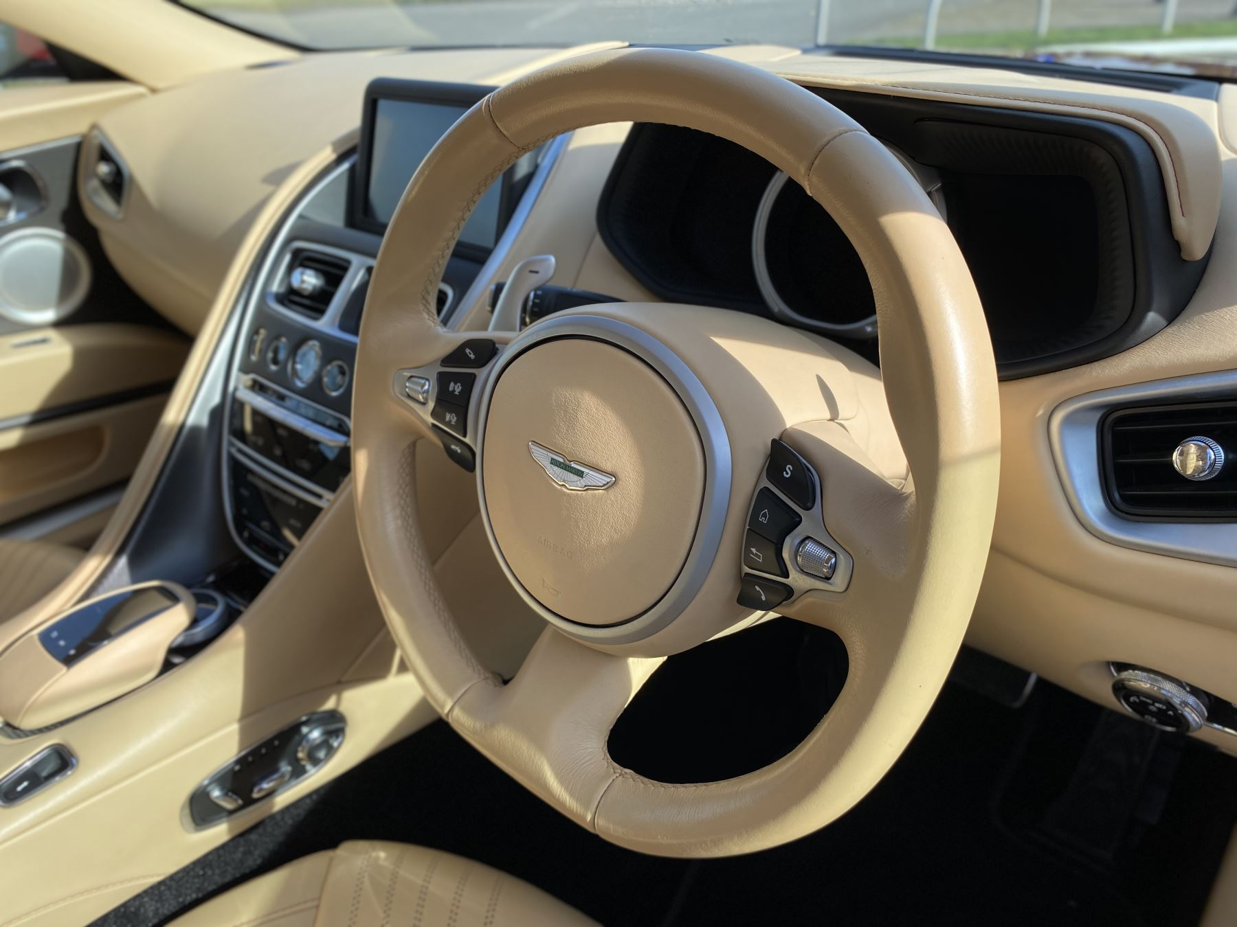 Aston Martin DB11 V12 Launch Edition Coupe. Bang & Olufsen Beosound Audio. Black brake calipers. Ventilated Seats image 25