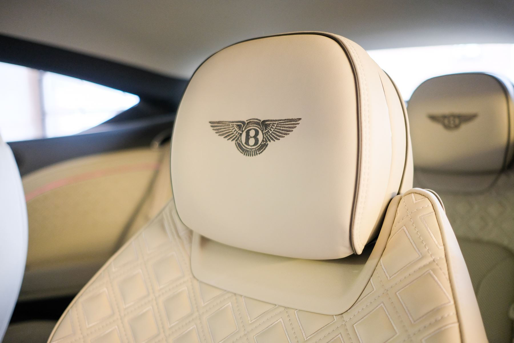 Bentley Continental GT 4.0 V8 - Mulliner Driving Specification with Black Painted Wheels - Touring and Centenary Spec image 50