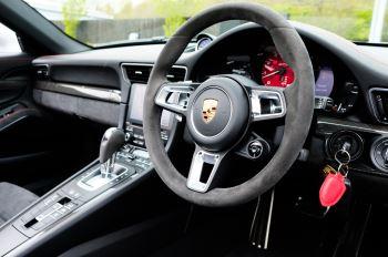 Porsche 911 TARGA 4 GTS - PDK - SPORT DESIGN PACKAGE - GTS INTERIOR PACKAGE image 19 thumbnail